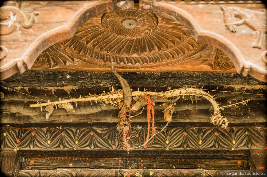 вход в храм защищен не только молитвами, но всевозможными оберегами! Индусы невероятно суеверный народ. Они своих божеств оберегают пуще самих себя!