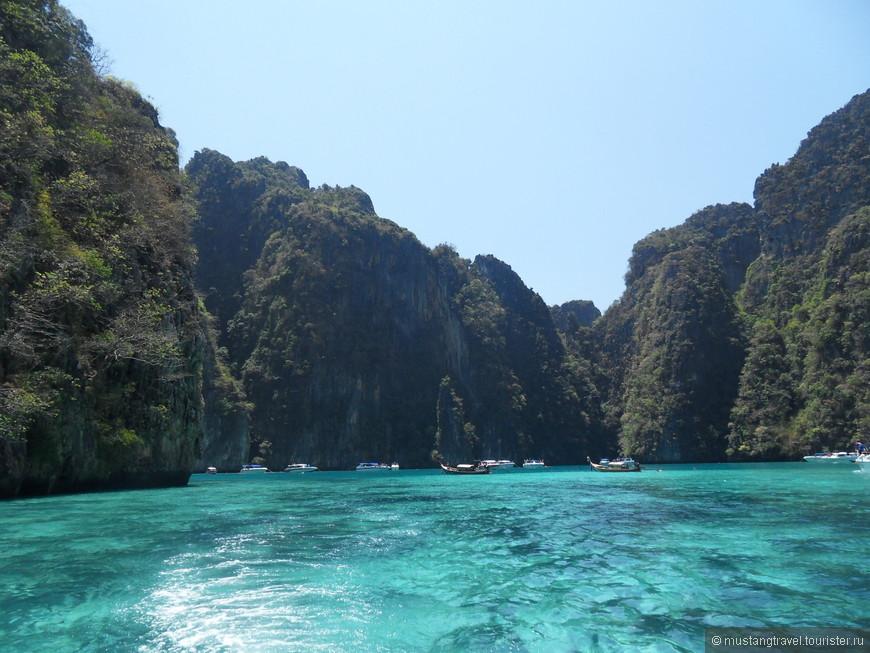 Окрестности Phi-Phi, вода поражает своей чистотой, прямо с лодки видны косяки рыб, которые жадно набрасываются на еду, которую можно им покидать с разрешения гида