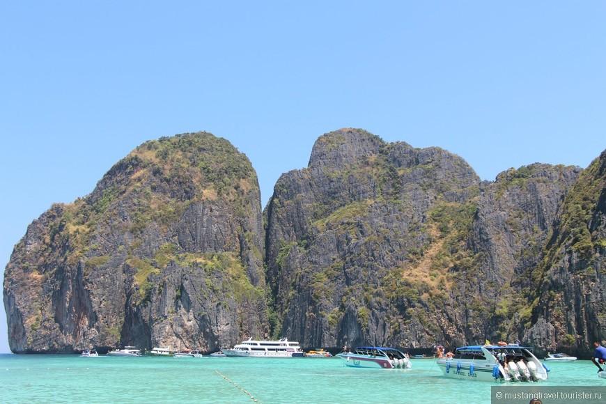 В бухте Maya Bay постоянно огромное количество туристов, и чтобы застать её пустынной, и без лодок, нужно приезжать очень рано утром, практически на рассвете