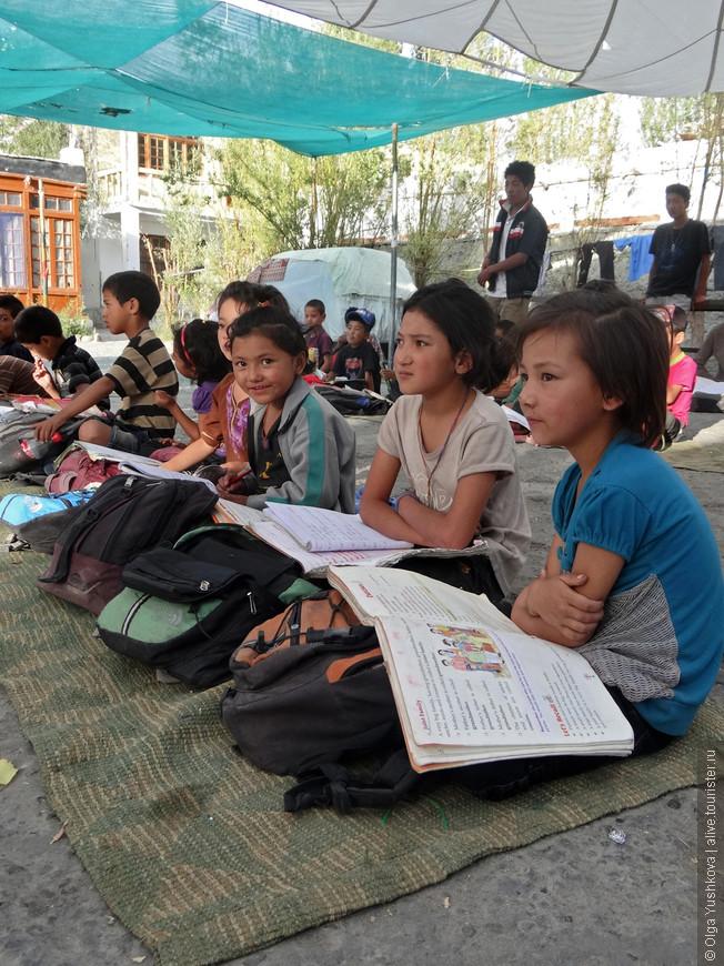 Вот так выглядит школа в Нубре... Летом обучение проходит прямо на улице... Находится школа в Диските, в главном административном центре долины...  Дети из окрестных деревень фактически живут здесь, и только на каникулы и на 2 месяца зимой возвращаются в свои семьи...