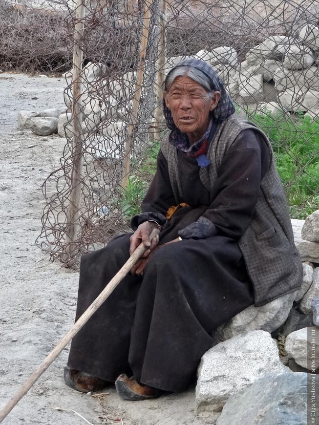 Местная жительница... Интересно, сколько ей лет? Возможно, что за сто...