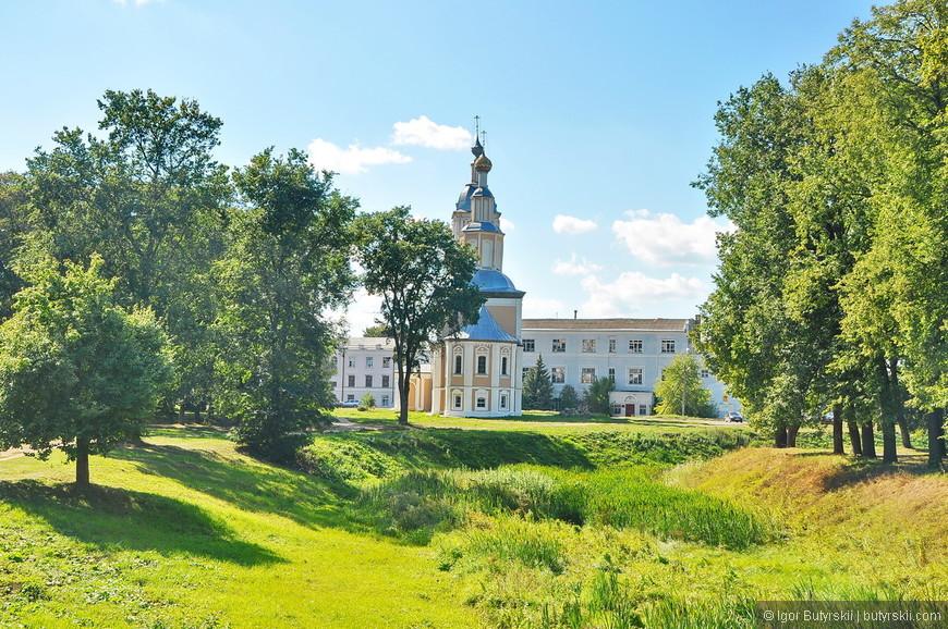 02. Территория кремля хорошо оформлена, все аккуратно, чисто, зелено. Гулять приятно.