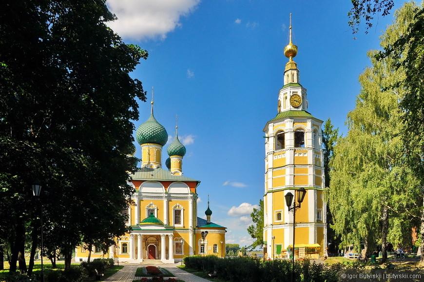05. Колокольня построена в 1730 году южнее собора. Высокое, но несколько грузное строение. В декоре чувствуется влияние семнадцатого века.