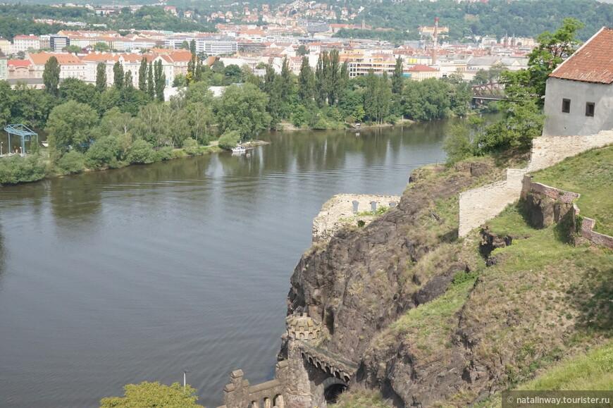 Фрагмент сторожевой башни на скале над Влтавой, который принято называть Либушиной баней.