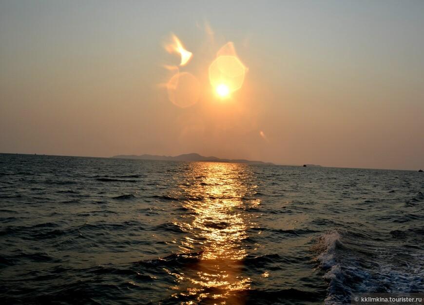 Греция. Рассвет. 2014 год. Этот закат был встречен на пароме с острова Ко Лан.