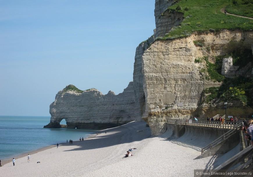 Белые скалы Этрета, которые рисовал Клод Моне - именно эта скала есть на его картинах