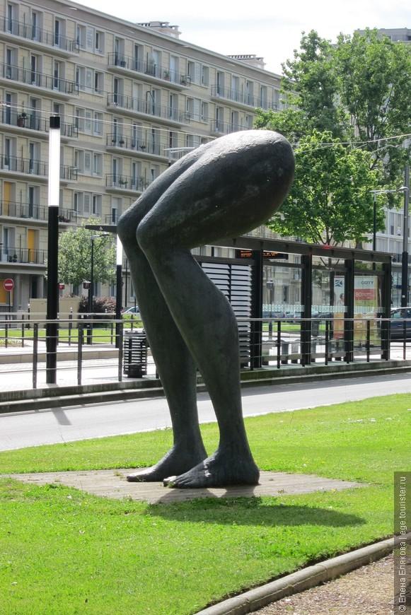 Вот такуюсмешную и нелепую скульптуру мы увидели в Гавре рядом со сквером