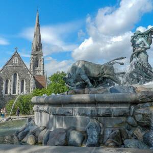 Фонтан-это самый внушительный памятник датской столицы конца XIX века расположен в парке Лангелинье рядом с крепостью Кастеллет и посвящен скандинавской богине плодородия Гефионе.