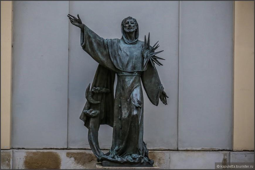 Устав ордена предписывал совершенную бедность, проповедь, уход за больными телесно и душевно, строгое послушание папе. Францисканцы были соперниками и во многих вопросах противниками доминиканцев. В 1256 папство предоставило францисканцам право преподавать в университетах. Они создали свою систему богословского образования, породив целую плеяду великих мыслителей Средневековья и Ренессанса.