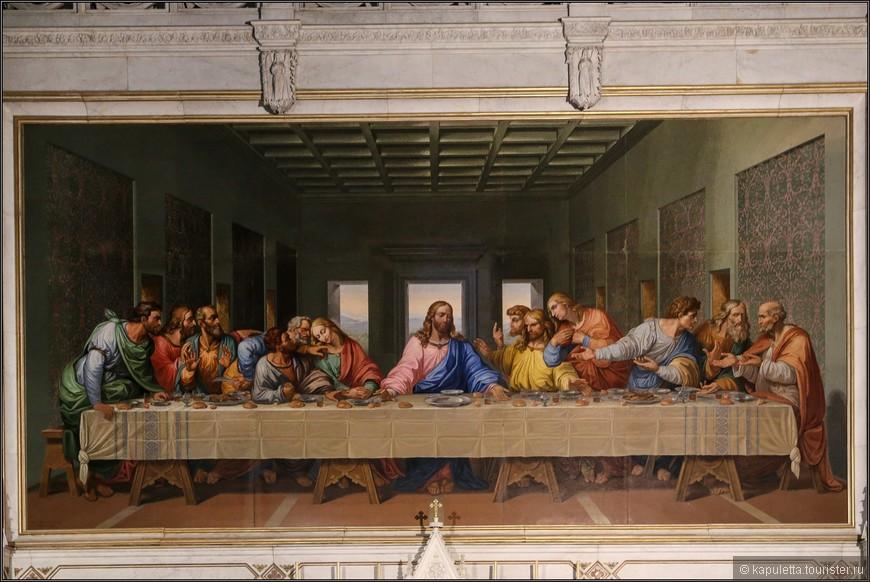 История создания венской мозаики такова. В 1805 году Наполеону, потрясённому шедевром Леонардо, захотелось перевезти фреску из Милана в Париж. Не имея, однако, возможности сделать это, он заказал известному итальянскому художнику Джакомо Рафаэли её точную копию. Когда же, наконец, к 1814 году мозаичная копия была готова, то Наполеон уже потерял свою былую власть и оказался не в состоянии оплатить работу. И вот на выручку ему пришёл австрийский император Франц, который, как известно, в своё время выдал замуж за Наполеона свою дочь Марию Луизу и, таким образом, являлся его тестем. Император Франц выкупил мозаику с мыслью поместить её в венском Бельведере. Но для дворца она оказалась великовата, и тогда император подарил её общине миноритов, к которой издавна принадлежали итальянцы, проживавшие в Вене.