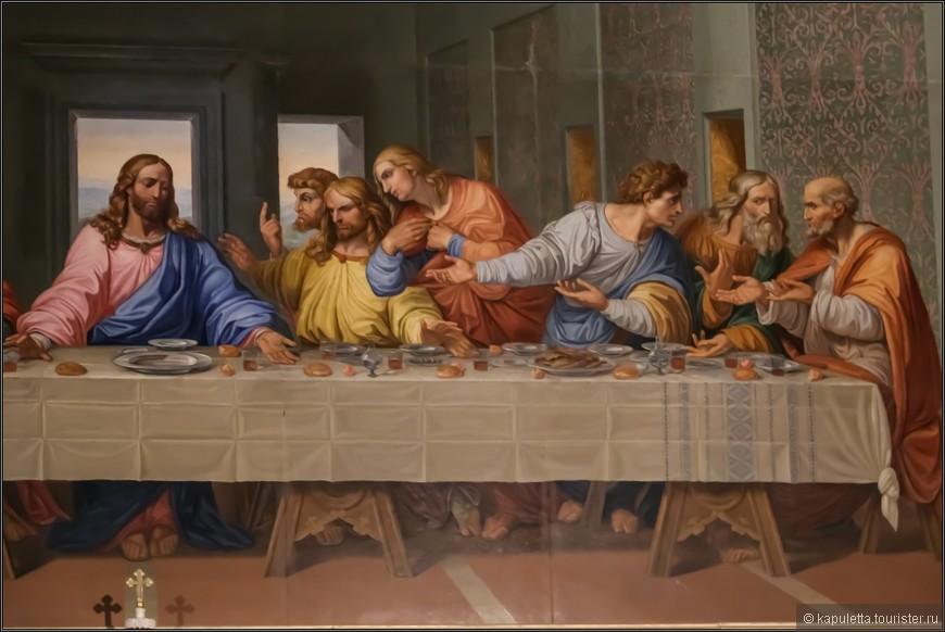 Есть и третье послание, оставленное да Винчи. Оно говорит о центральной точке «Тайной вечери». Если провести воображаемые линии, соответствующие перспективному изображению сцены тайной вечери Целиком посмотреть мозаику можно чуть выше), то оказывается, что центром полотна является вовсе не лоб, а правый висок Иисуса Христа. Между прочим, это подтверждается и открытием, сделанным при реставрации миланской фрески: именно там, на правом виске Иисуса, обнаружилось то углубление, которое осталось после натяжения вспомогательных нитей, помогавших Леонардо да Винчи передать перспективу. Хотя, возможно, дело тут не только в технических деталях, но также и в том, что в итальянском языке слово tempio означает «храм, собор», а звучащее практически так же слово tempia — «висок». Может быть, в этой игре слов зашифрован ещё один смысл полотна да Винчи: Иисус — это храм, тогда как сидящая рядом Мария Магдалина — опять-таки Святой Грааль.