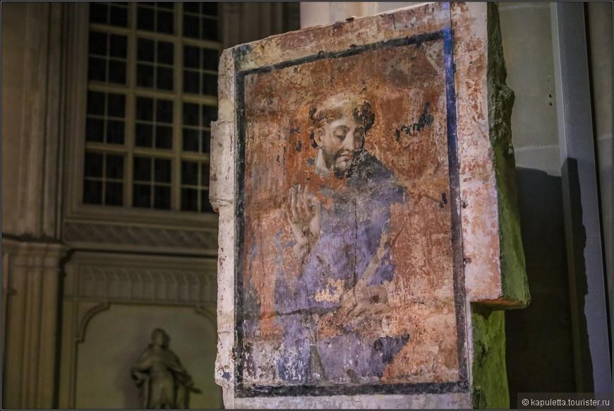 Интерьер церкви содержит предметы искусства, созданные в разное время и в различных стилях. Эта старинная фреска с изображением Франциска Ассизского  очень кокетлива.....