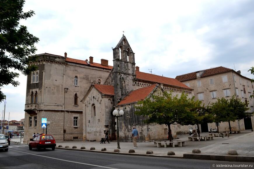 Трогир знаменит своим каменным зодчеством и резьбой, богат на музеи и церкви, а главная ценность города — кафедральный собор 13-14 веков в романском стиле, занесённый ЮНЕСКО в список памятников мировой культуры.