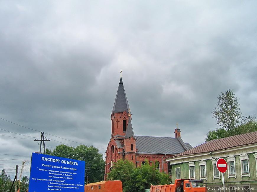 11. Тобольск называют городом церквей, на 100 тысяч населения в городе находятся десятки церквей (а если считать домашние церкви и часовни – то сотни).