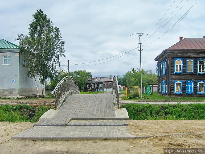 16. Город подготавливали к приезду Медведева, вовсю шла реставрация и строительство. Новые мостики в туристической части города.