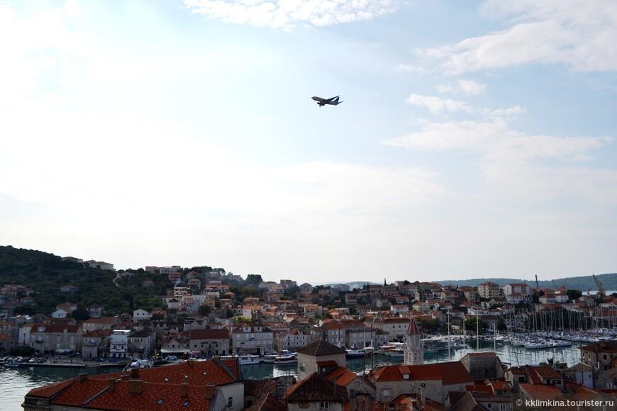 Трогир находится совсем рядом с аэропортом, поэтому над головой то и дело пролетают самолеты....
