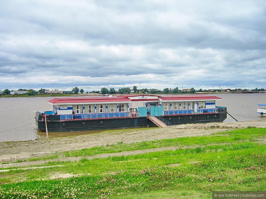 29. По реке курсируют как паромы, так и туристические прогулочные судна.
