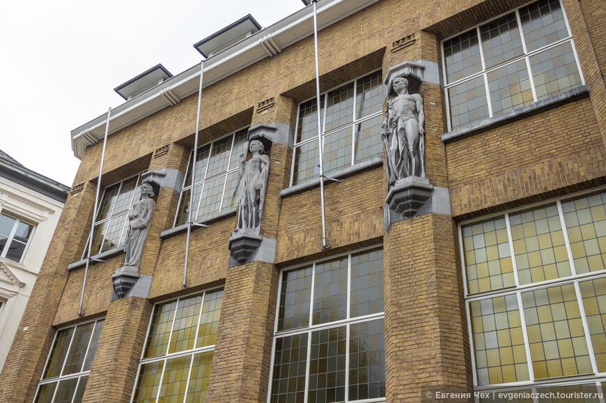 А это детали здания суда, выполненного в начале 20 века в стиле арт-деко.