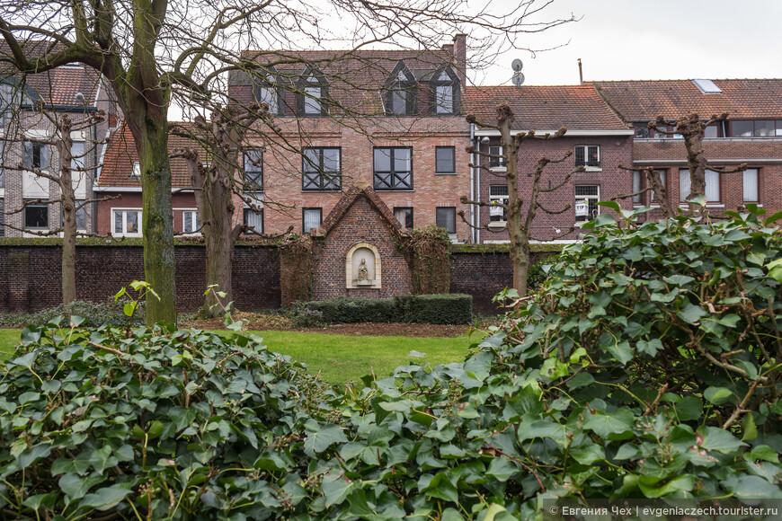 В Хассельне также есть свой Бегенаж, городок в городе, возникшие в 13 веке по всей стране и дающие приют женам крестоносцев.