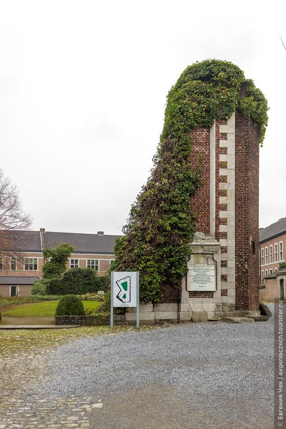 Бегенажу в Хассельне не повезло - построики сильно пострадали во время войны. Это руины бегенажной церкви.