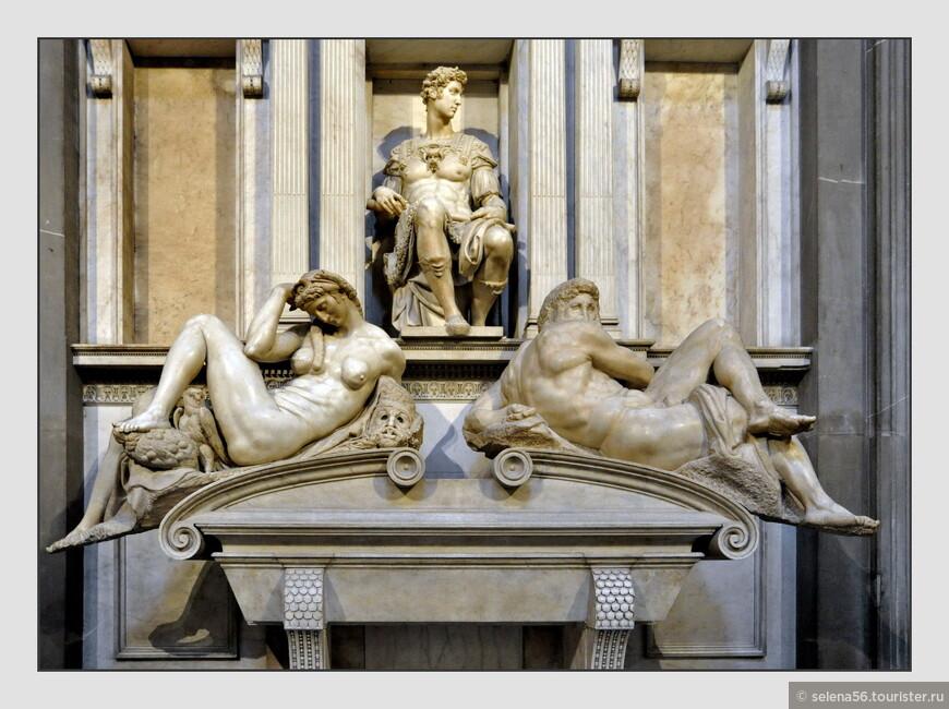 """Капелла Медичи.  Новая ризница. Надгробие Джулиано  де  Медичи , герцога Немурского, работы Микеланджело -""""Ночь и День"""" ."""