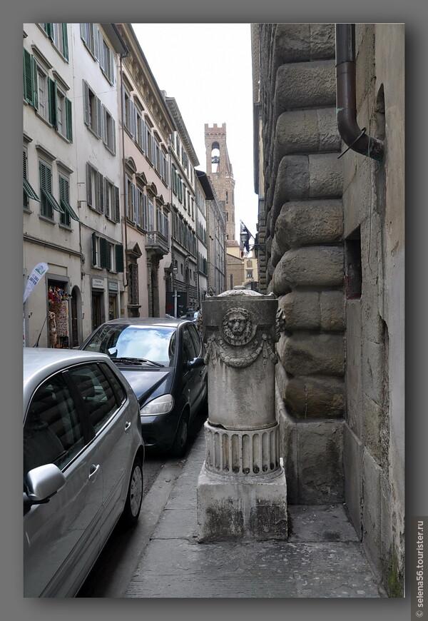 Улочки Флоренции так узки,что бывает кажется,что проезжающий транспорт,в т. ч  городские  автобусы,могут задеть человека.