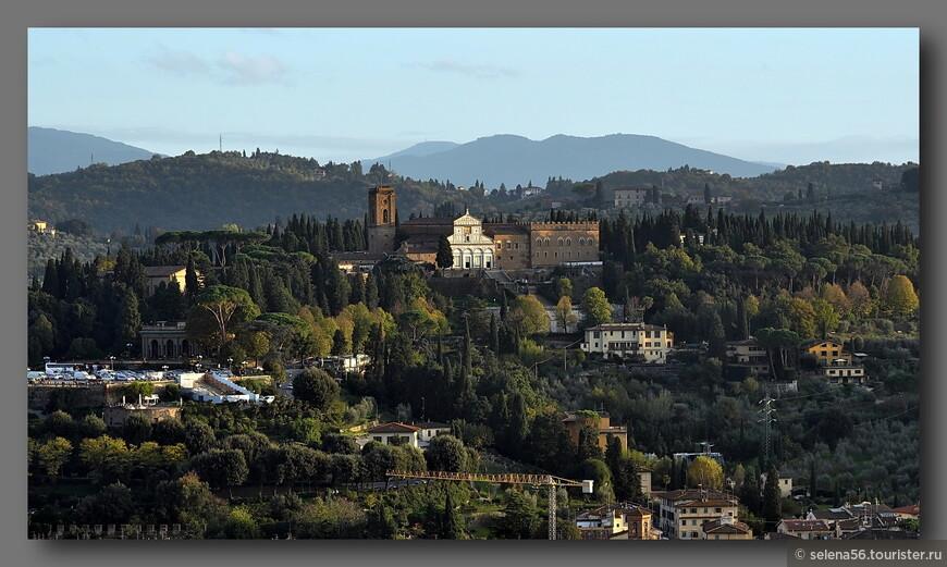 Левый берег  реки Арно, разделяющей Флоренцию на две части.  Слева по центру кадра  видна площадь Микеланджело.
