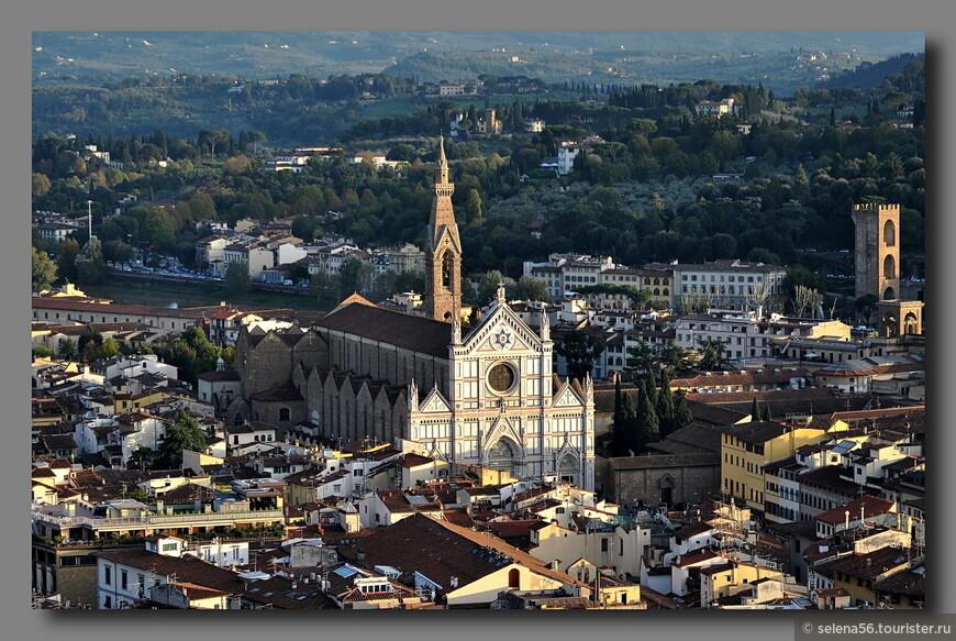 """Вид на базилику Санто-Кроче ( """"Святого креста"""") со смотровой площадки  купола Дуомо."""