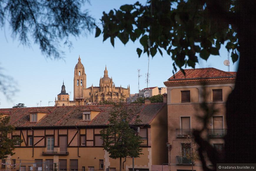 Двигаемся от автовокзала в сторону Акведука. С правой стороны между домами уже виднеется Собор. На улице очень неожиданно холодно, когда мы выезжали из Мадрида, вообще шел дождь. А тут ни тучки, но все-таки 9 утра.