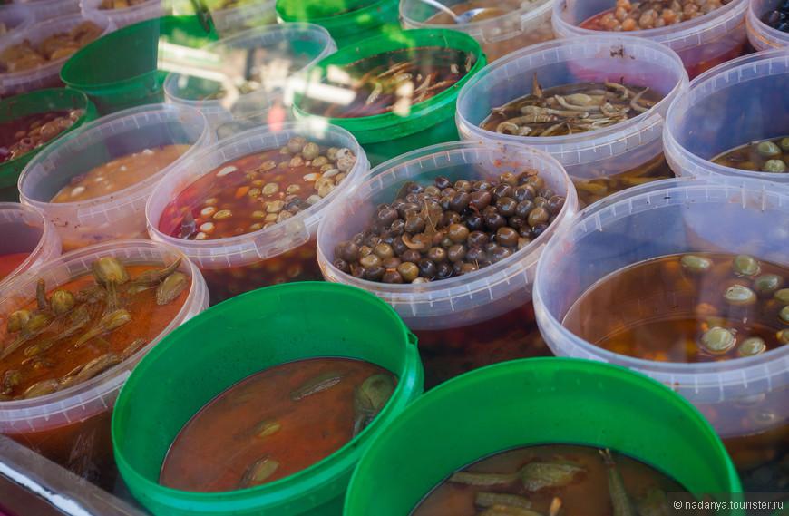 На площади Майор небольшая ярмарка с продуктами и всякими шмотками.   Любимые вкуснявые оливки.