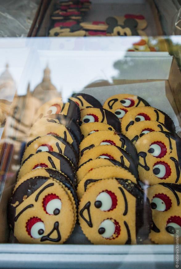 Глазастые печеньки и вожделением смотрят на Кафедральный собор) ну, и мы, пожалуй, перейдем к пище духовной.
