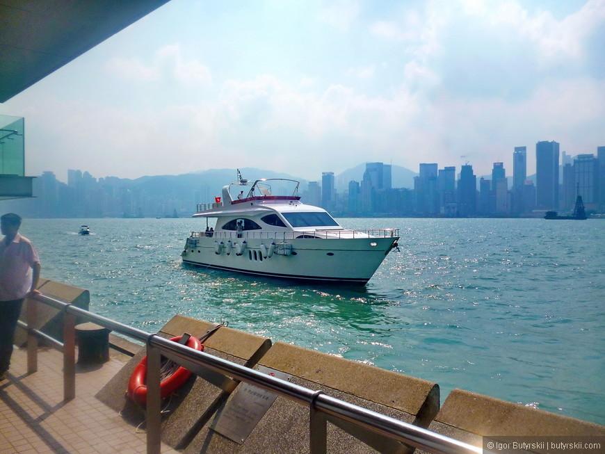 04. Признаки роскоши в Гонконге не заставили себя долго ждать, проплыла яхта.