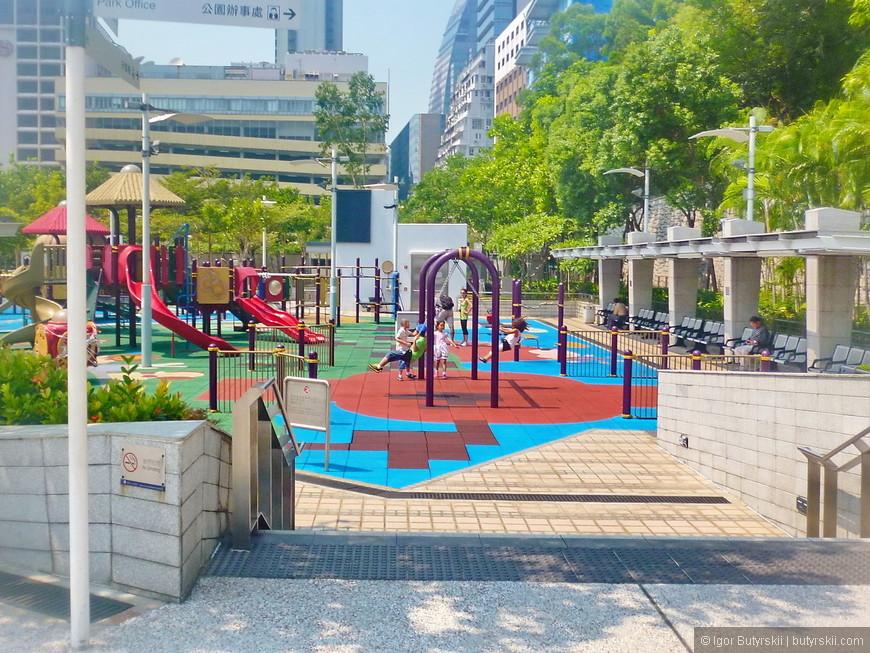 09. Казалось бы такая маленькая территория и так много людей, но хватает места и для детских площадок и для взрослых.