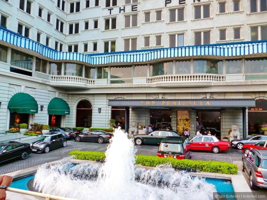 24. Самая известная и роскошная гостиница Гонконга – Пенинсула. Отель владеет широкой коллекцией зеленых Ролс Ройсов, один из них как раз стоит возле входа.