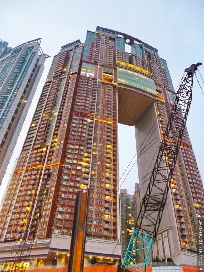 28. Здание с названием Арка. Одно из строений комплекса который строит компания – оператор гонконгского метро MTR, комплекс включает ветку метро, торговый центр, а также десяток небоскребов, в том числе и ICC – самый высокий небоскреб в городе.