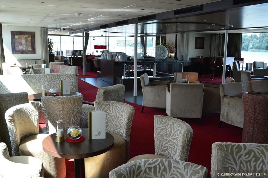 2 палуба - Панорамный бар. Веером живая музыка.