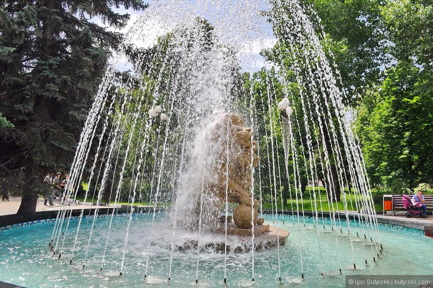 03. Фонтаны в Белгороде сложные, не просто вода и бассейн, тут они совмещены с статуями или организуют комплексы.