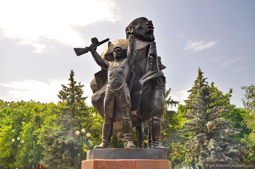 04. Памятник в центре.