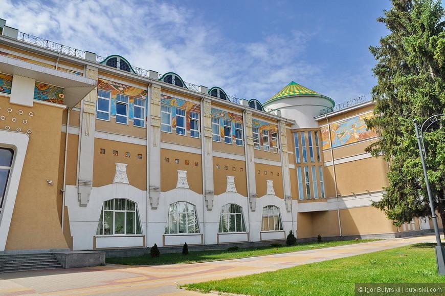 13. Не знаю, что за здание, но очень красивое. Обратите внимание на количество зелени, деревьев и прочего – в Белгороде очень приятно гулять.