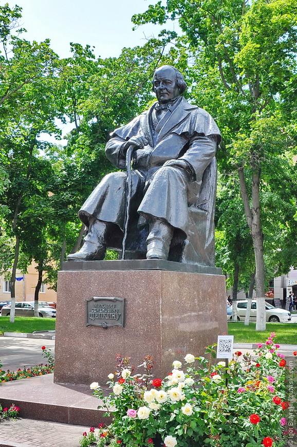 14. Памятник Щепкину. Рядом QR код для прочтения подробной информации, и живые розы, но в Белгороде так много цветов, что уже не замечаешь того, что в Челябинске, например, приковывало взгляд.