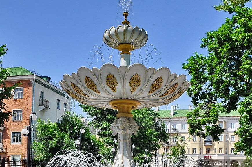 28. Очередной фонтан. Обратите внимание как отреставрирована пятиэтажка на заднем плане. Только с фасада, вот вам и «самый-самый».