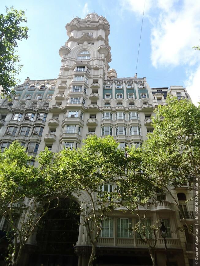На фото Дворец Бароло (Palacio Barolo)- построен в 1923 году в эклектичном стиле