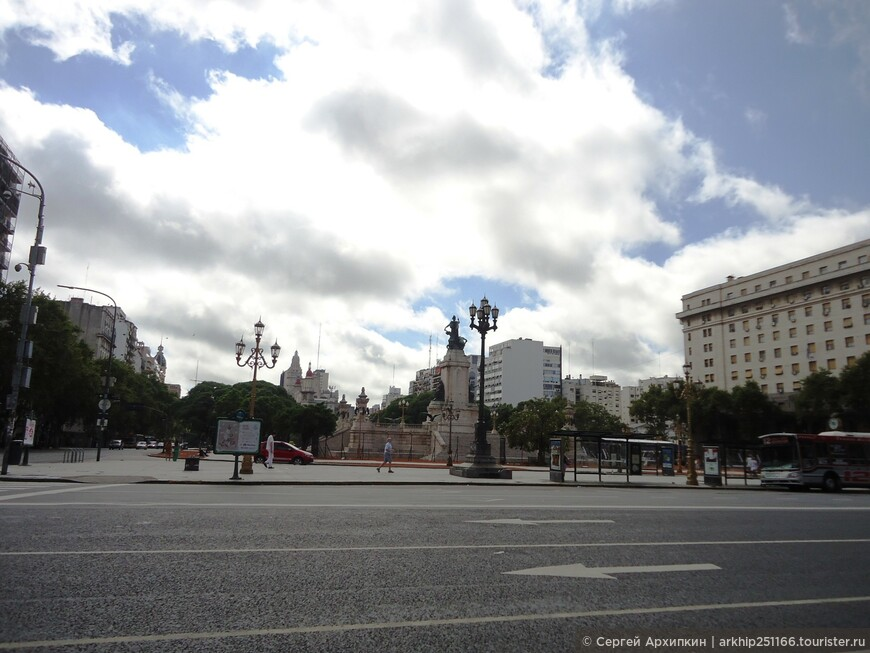 Вид на площадь со ступенек Конгресса Аргентины