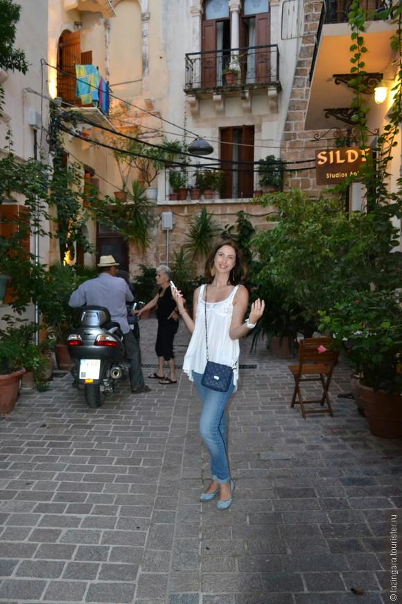 Старый город (Old Town of Chania) считается самым красивым старым городом на Крите. Old Town ограничивается венецианской крепостной стеной, а центром города считается район Кастелли (Kastelli), населенный еще во времена Неолита. Располагаясь на холме, как бы над портом, Кастелли выполнял важнейшую оборонительную роль для всего города