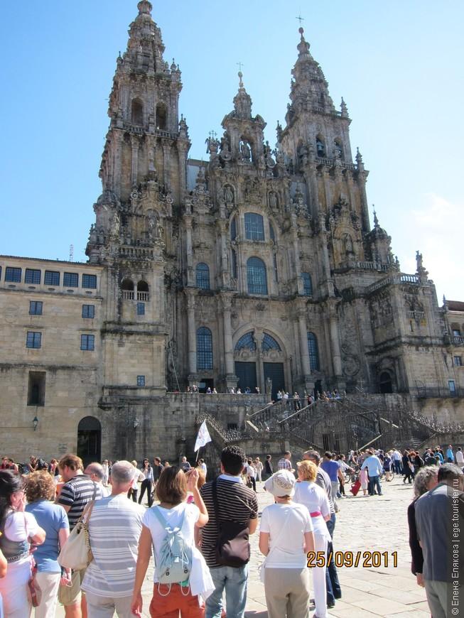 Сантьяго-де-Компостела, Кафедральный собор - сюда мы прибыли из Ла-Коруньи. Сантьяго-де-Компостела - город паломников. Этот испанский город  связан с легендой об ожившем зажаренном (и потому черном) петухе, являющемся одним из символов Португалии.