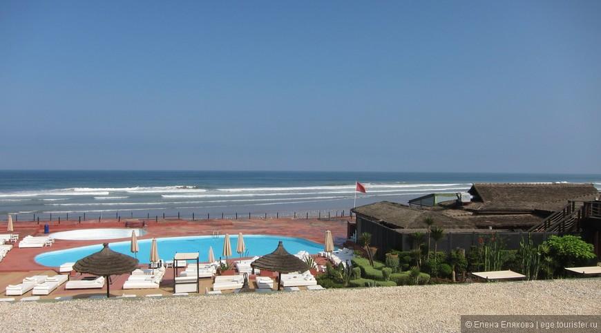 От мечети долго шли вдоль берега моря, встречались оборудованные пляжи.