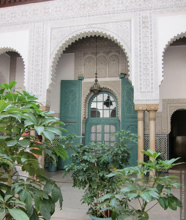 Очень красивое административное здание в Касабланке, внутри двоик с фонтанами, резьбой по дереву, мозаикой