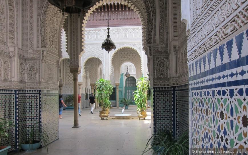 Административное здание в Касабланке, внутри двоик с фонтанами, резьбой по дереву, мозаикой