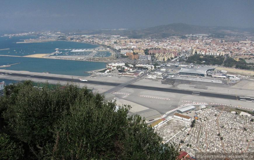 Виды с Гибралтарской скалы - взлёт самолета