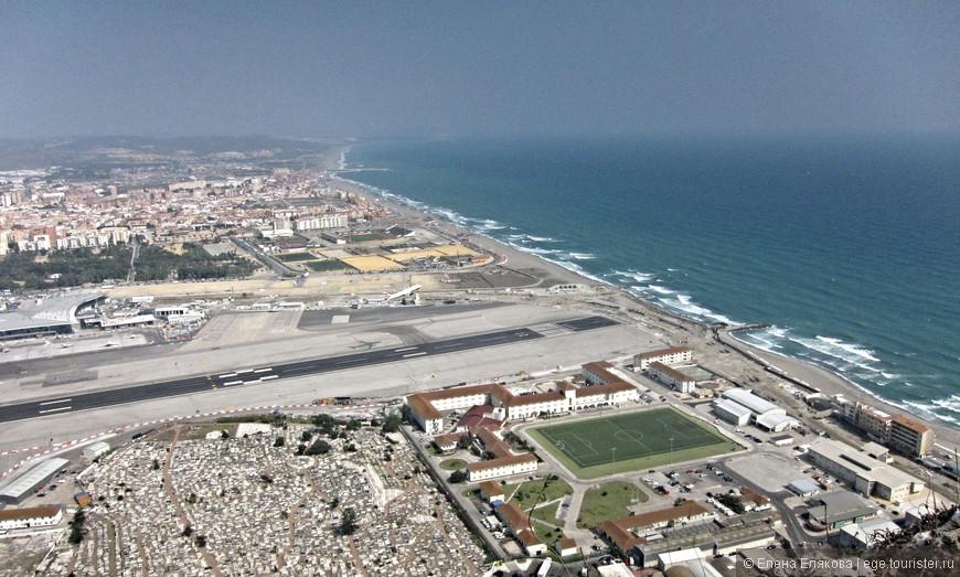 Виды с Гибралтарской скалы - взлёт самолёта